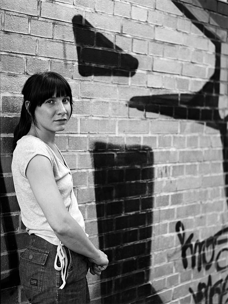 An der Wand - Portraitfoto Constanze 2