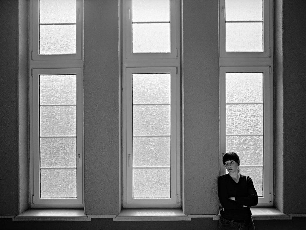 Im Treppenhaus - Portraitfoto Constanze 13