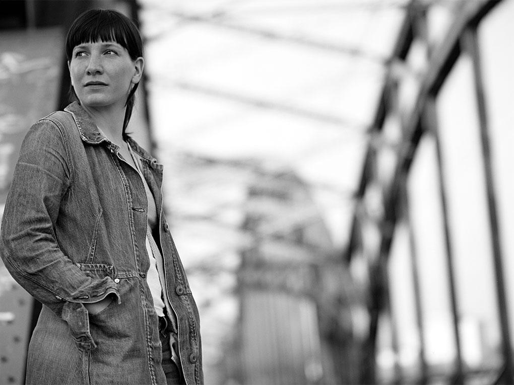 Auf der Brücke - Portraitfoto Constanze 15