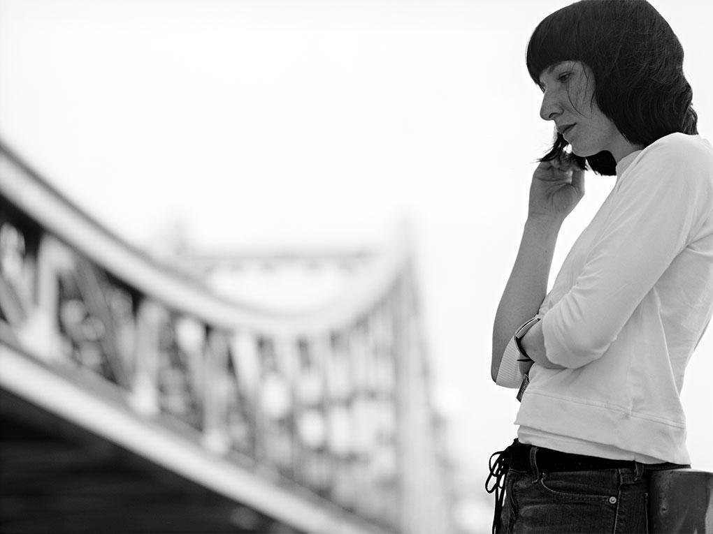 An der Brücke - Portraitfoto Constanze 16