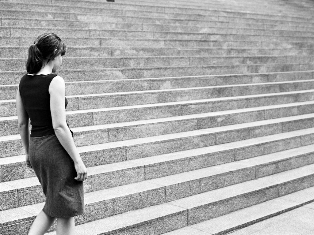 An der Treppe - Portraitfoto Constanze 17