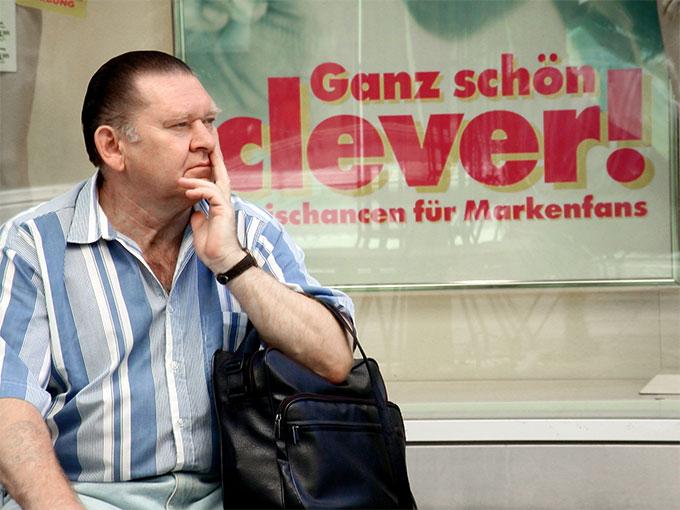 nachdenklich - Street Photography Fotograf Uwe Nölke